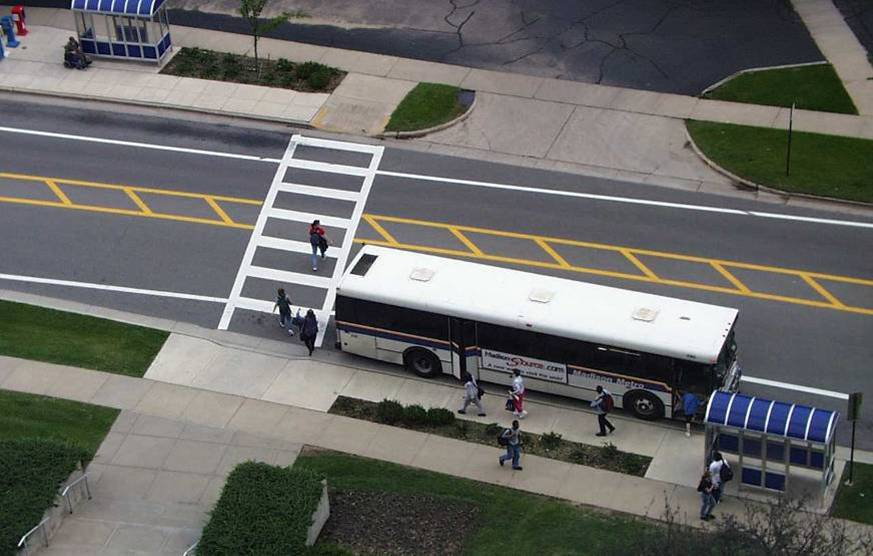 πεζός και λεωφορείο