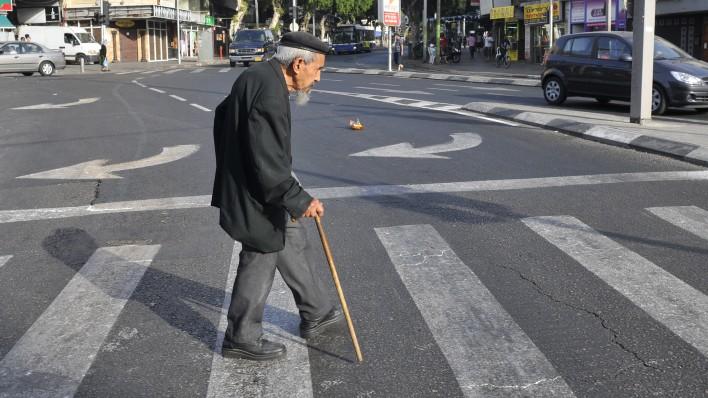 ηλικιωμένος πεζός στο οδόστρωμα