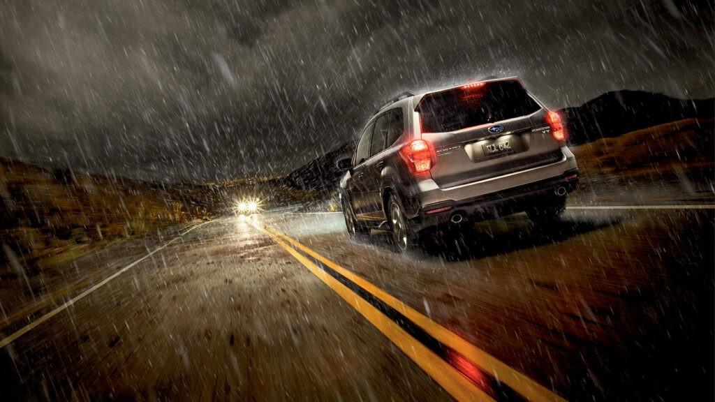 Αυτοκίνητο σε υγρό οδόστρωμα